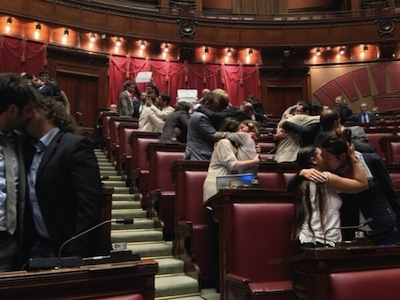 Italians Stage Kiss-In For Stronger LGBT Law