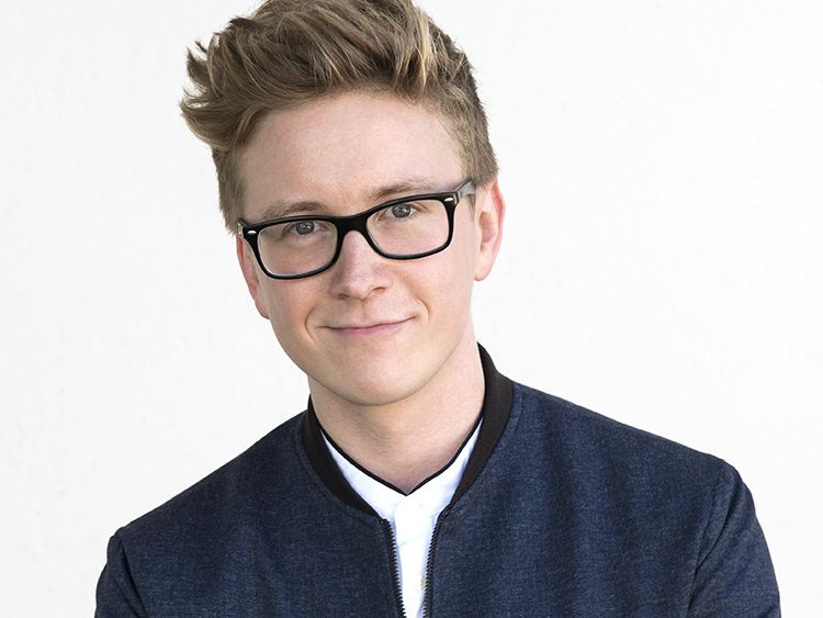 The 28-year old son of father (?) and mother Jackie Oakley, 165 cm tall Tyler Oakley in 2017 photo