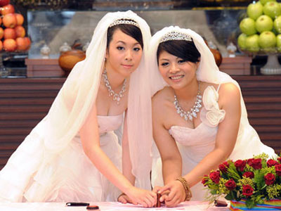 Same-Sex Buddhist Couple Marries in Taiwan