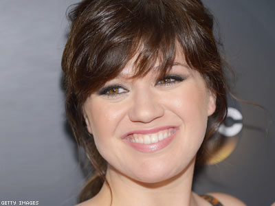Kelly Clarkson Likely to Vote for Obama Because of Gay Issues