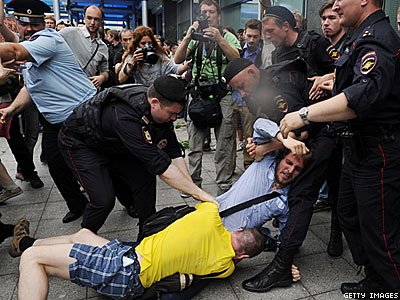 PHOTOS: Russian Parliament Passes Antigay Bill, Protesters Detained