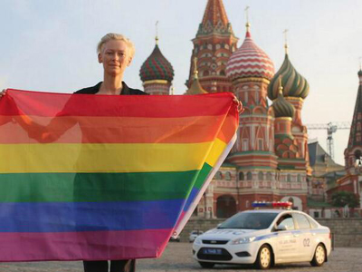 Actress Tilda Swinton Poses With Rainbow Flag in Front of Moscow Kremlin