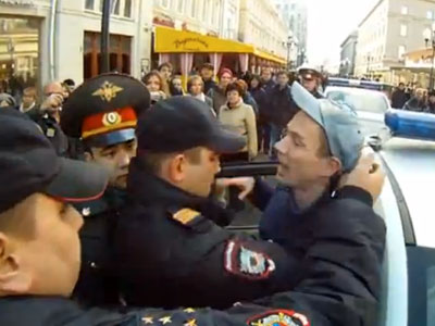 WATCH: Moscow Crowd Supports Arrested LGBT Activists — Until They Find Out Why They're Protesting