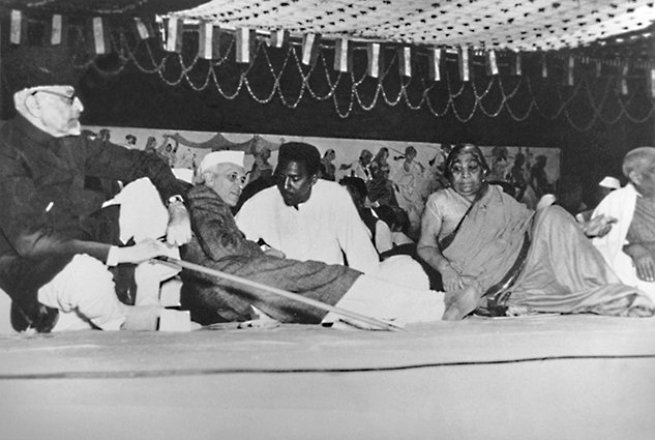 Meeting with Indian Prime Minister Nehru at the All India Congress Party, 1948. Courtesy Fellowship of Reconciliation.